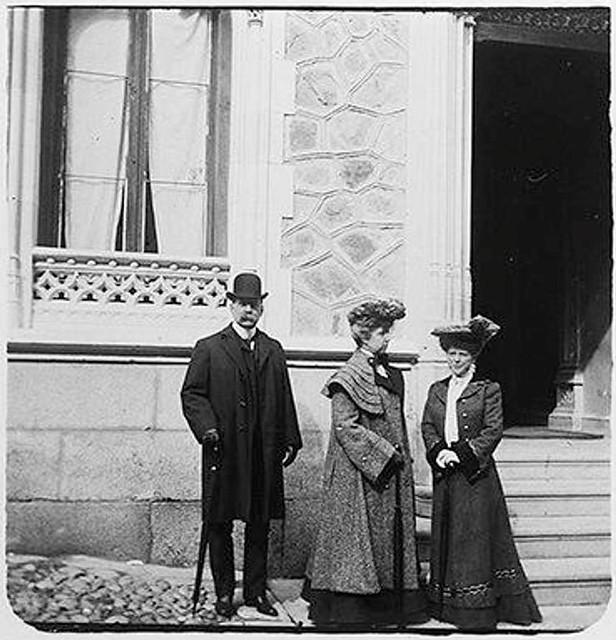 Grupo a la Puerta del Hotel Castilla en 1903. Fotografía de Augusto T. Arcimis © Fototeca del IPCE, MECD. Signatura ARC-0733_P
