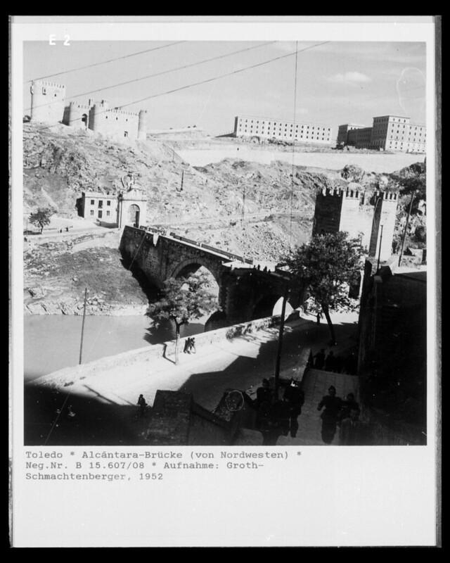 Escalerillas del Miradero, Puente de Alcántara, Castillo de San Servando y Academia de Infantería en 1952. Fotografía de Erika Groth-Schmachtenberger