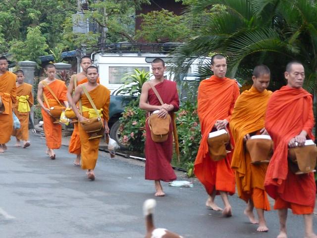 Monjes budistas en Luang Prabang durante la ceremonia de entrega de limosnas