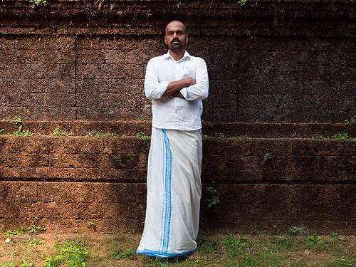 portrait people india white man wall pose temple stand kerala indie indië indien inde malayali malabar インド hindistan 印度 भारत índia הודו 인도 الهند индия
