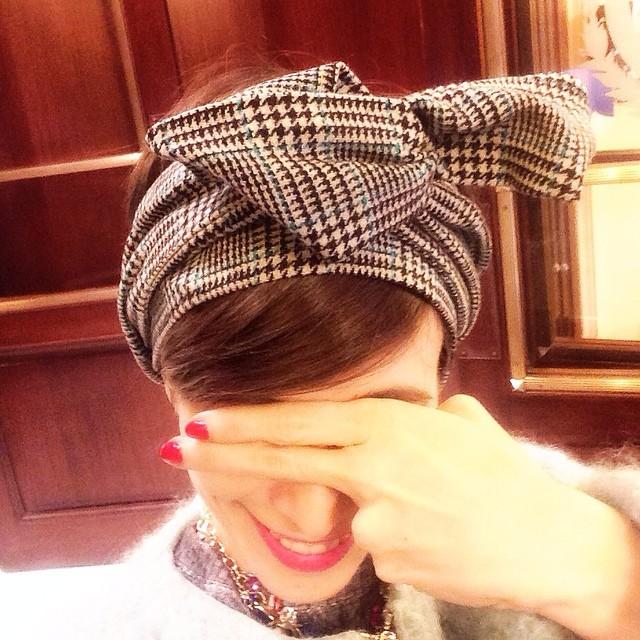 Se me ha ocurrido pasar un momento por Gran Vía 13 a ver a @jimenarilova en el #mercadillodelgato y he visto a esta chica anónima que llevaba una bandana a juego con el abrigo ES PEC TA CU LAR. 😁😁😁 #bandanasdeinvierno #misorejascalientes #b