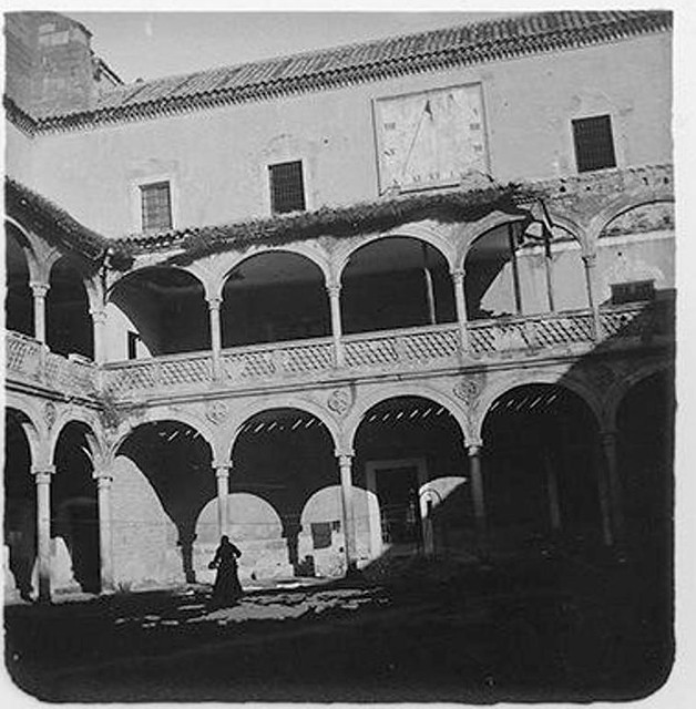 Patio del Hospital de Santa Cruz en 1904. Fotografía de Augusto T. Arcimis © Fototeca del IPCE, MECD. Signatura ARC-0742_P