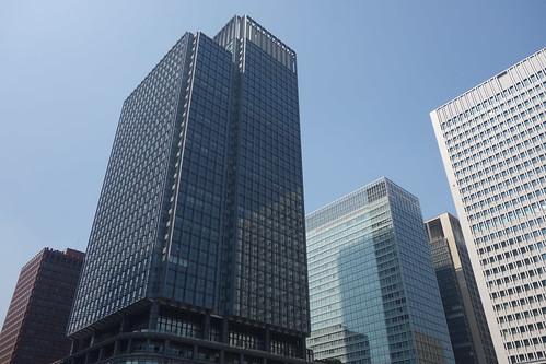 """Tokyo_3 東京都丸の内の高層ビルディング群を撮影した写真。 左端は """"東京海上日動ビルディング本館"""" で中央左は """"新丸の内ビルディング"""" 、中央右は """"三菱UFJ信託銀行本店ビル"""" 、右端は """"日本生命丸の内ビル"""" である。"""