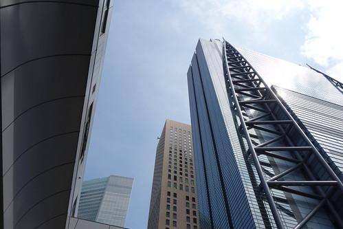 "Shimbashi_1 新橋で撮影した高層ビルディングの写真。 右端の ""日本テレビタワー"" は壁面の端に太くて丸い鉄柱による巨大なトラス構造がある。"