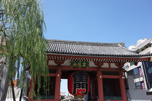 """Asakusa_2 """"浅草寺"""" の """"雷門"""" の写真。 背景は青い空。 灰色の瓦屋根。 赤い大提灯に黒い文字で大きく """"雷門"""" と書いてある。"""