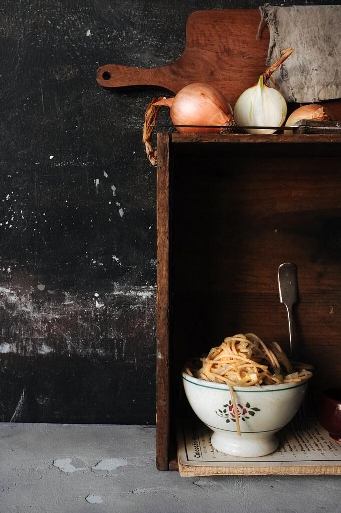 Spaghetti integral com cebola e anchova