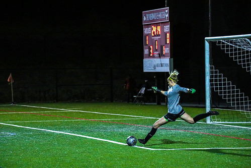 <p>Alison Darr kicking off from the goal.</p>
