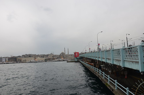 Blick über die Galatabrücke mit eingebauten Fischrestaurants