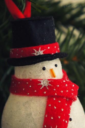 diy upcycled light bulb snowman ornament by eight & sixteen