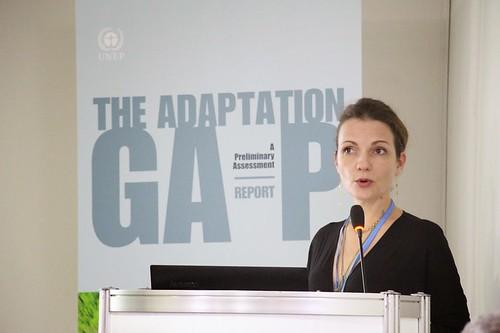 調適落差報告第一章主要作者,聯合國環境總署的 Anne Olhoff 於發表會上簡報。