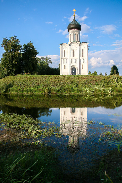 Church of the Intercession on the Nerl reflecting on the river, Russia 川に映るポクロヴァ・ナ・ネルリ教会