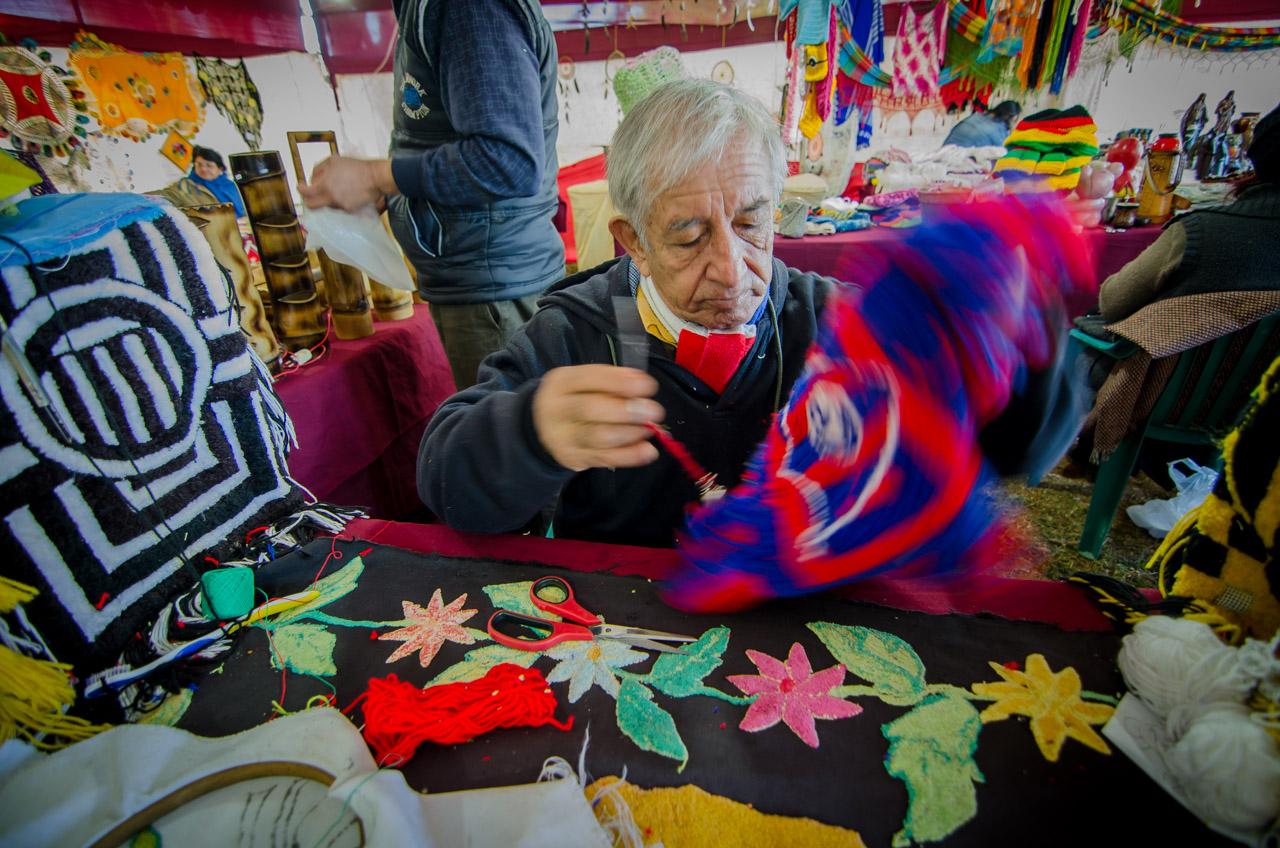 Un artesano tejedor de lana confecciona un artículo en presencia del público durante la exposición de artesanía de la fiesta denominada Ovecha Rague, el pasado domingo 12 de junio en la ciudad de San Miguel, departamento de Misiones. (Elton Núñez)