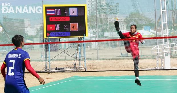 Với những pha đạp cầu tuyệt đẹp như thế này, nữ VĐV Nguyễn Thị Ánh Nguyệt xuất sắc giành tấm HCV ở môn đá cầu ở nội dung đơn nữ.