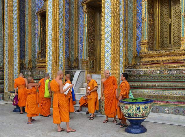 Monjes a punto de entrar a la oración en el Gran Palacio