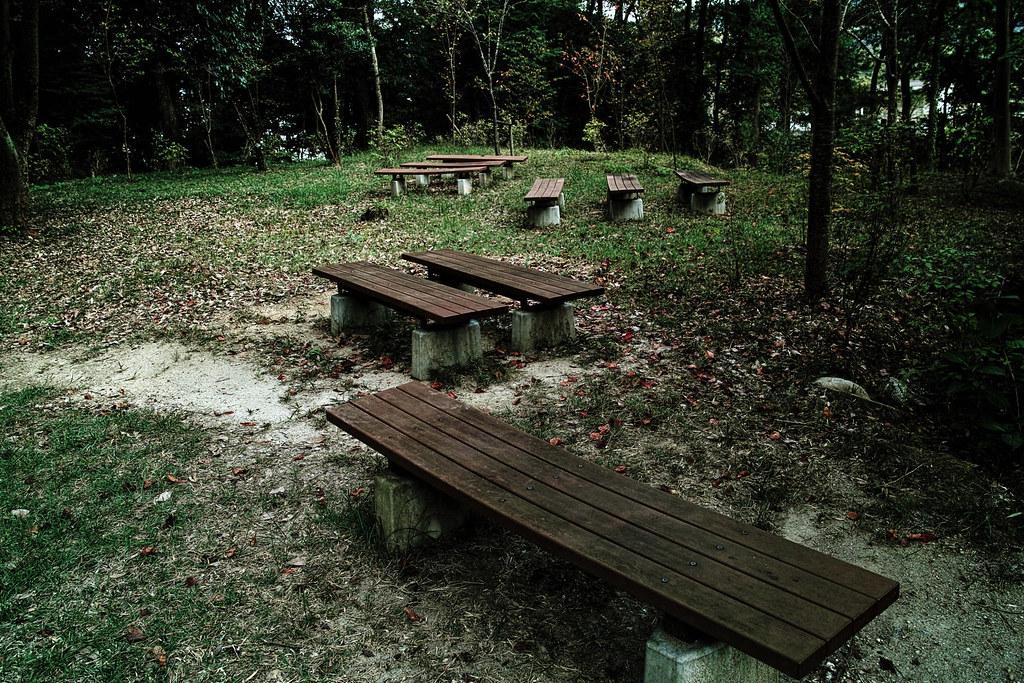 不気味な配置のベンチ