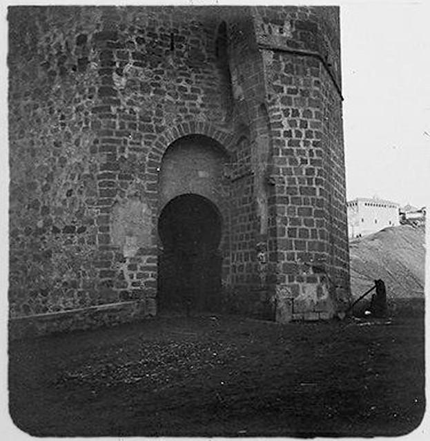 Torreón del Puente de San Martín en 1904. Fotografía de Augusto T. Arcimis © Fototeca del IPCE, MECD. Signatura ARC-0741_P
