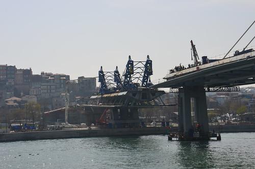 Eine Brücke wird über das goldene Horn gebaut