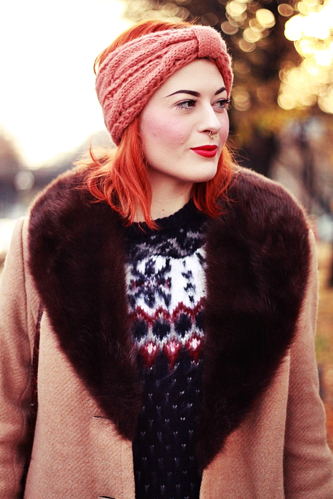 HERBST_OUTFIT_BLOG_BERLIN_VINTAGE_MANTEL_STIRNBAND_ROTE_HAARE_KUPFER_KLEIDERMARKT_2ND_HAND_NORWEGER_PULLOVER_PRIMARK_VINTAGE_MAKEUP_MAKE_UP_BEAUTY_DIP_BROW_POMADE_EYEBROWS_PIN_UP_BERLIN_ROCKABILLY (2)