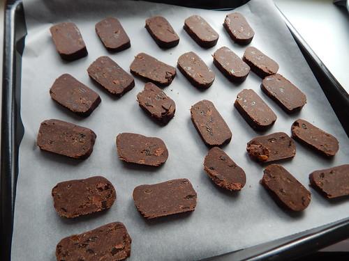 шоколадные печеньки на противне