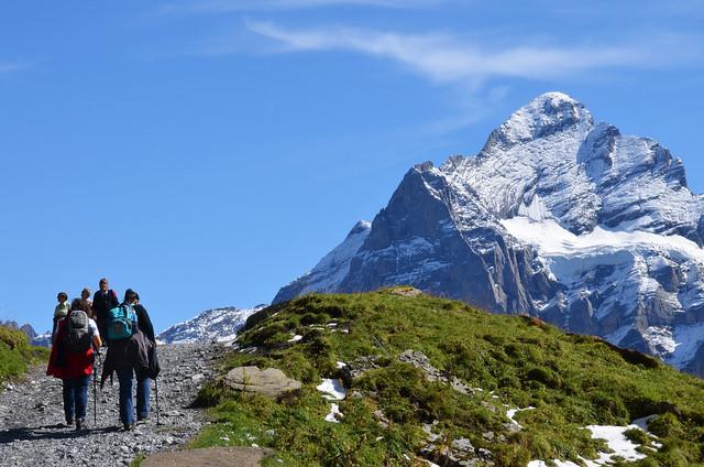 Haciendo senderismo en Suiza, con el Eiger al fondo