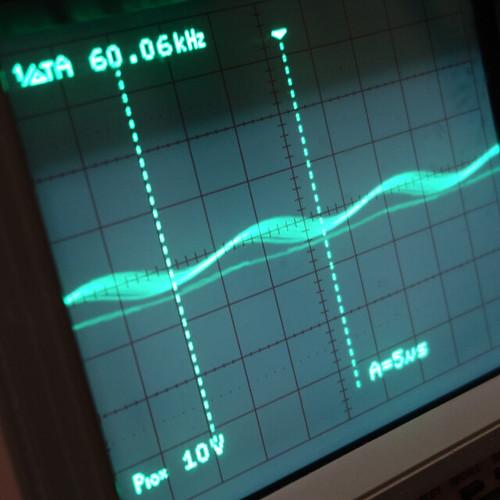 Oscilloscope_New Network Switch On_Subwoofer On_F60k_Pin5_1 オシロスコープの画面を撮影した写真。ノイズ波形が表示されている。