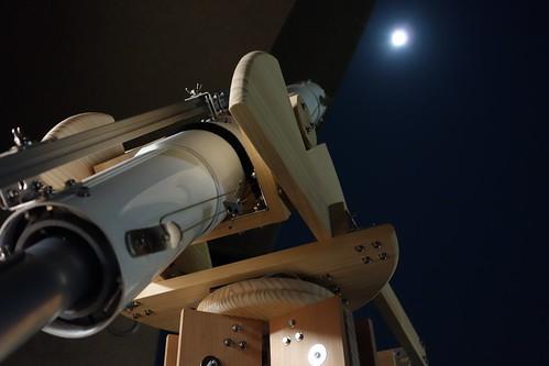 astronomical telescope_44 自作天体望遠鏡で中秋の名月を覗いている様子の写真。
