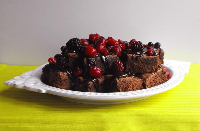 Quadrados de chocolate com frutos vermelhos