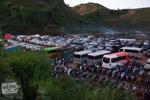 Telaga Cebongan di Desa Dieng Kulon padat oleh kendaraan bermotor saat Dieng Culture Festival 2014