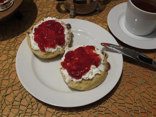 Scones (von der Bäckerei Heukamp) mit Quark und Erdbeermarmelade