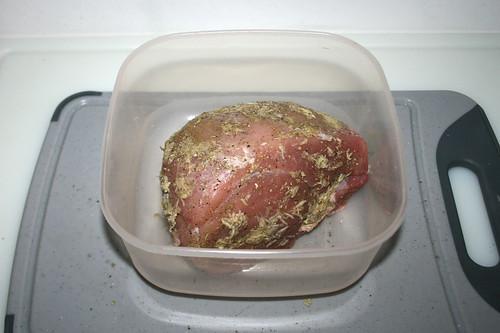 18 - Schweinebraten im Kühlschrank durchziehen lassen / Marinate in fridge