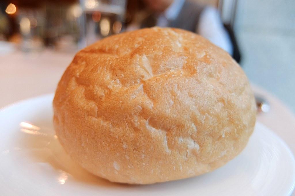 麵包,外脆內鬆軟,有附上奶油可夾