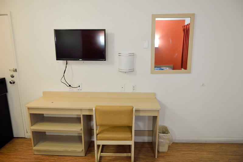 【小書桌和電視】有 Wifi, 但速度不怎麼樣