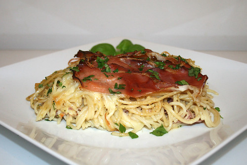 36 - Pasta bake with bacon & mozzarella - Side view / Spaghettiauflauf mit Speck & Mozzarella - Seitenansicht