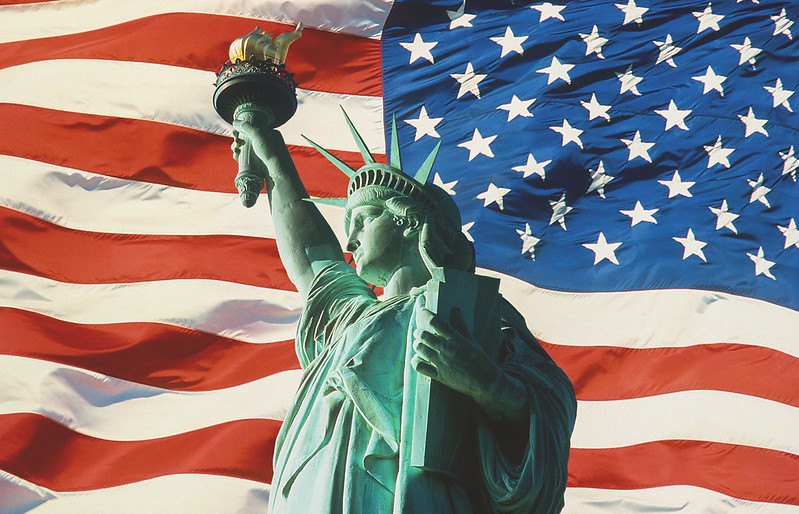 statue-liberty-and-american-flag-new-york kopio