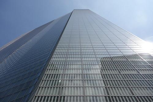"Shimbashi_7 新橋で撮影した高層ビルディングの写真。 ""電通本社ビル""。 直下から見上げる角度で撮影。 全面ガラス張り。"