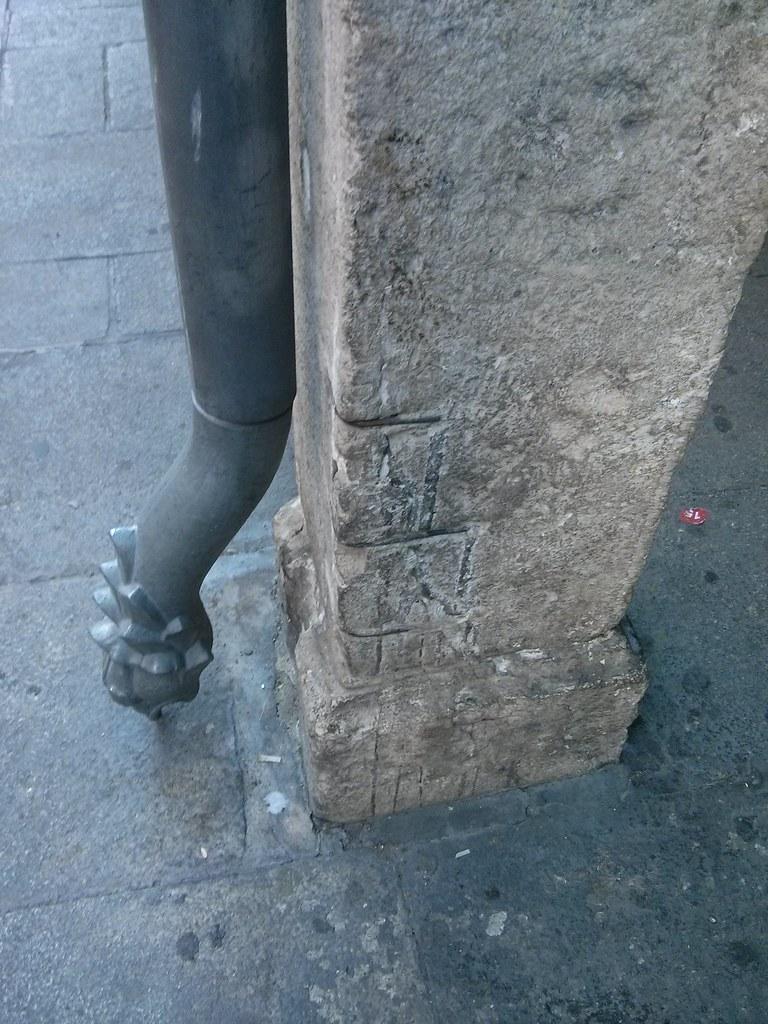Grapas sobre piedra histórica