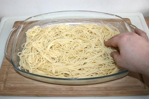 26 - Hälfte Spaghetti einfüllen / Put in half of spaghetti