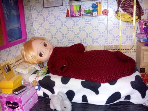 Uriel se ha resfriado por presumir sin camiseta del estirón que ha pegado. Así que esta en cama tapado con la batamanta.