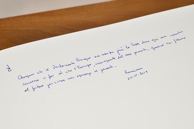 La firma del Papa sul Libro d'Oro del Parlamento europeo