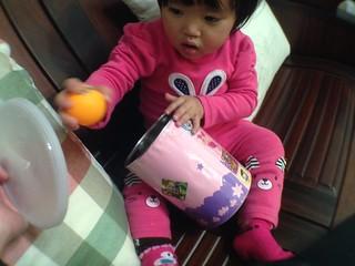 外婆用奶粉罐特製的玩具 (1Y2M+)