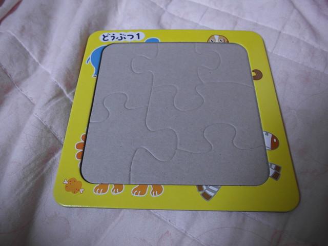 六片拼圖,邊緣會留有圖案局部作為提示,底下也有拼片的線條可以參考,每一塊都切得明顯形狀不一致,我想應該很好上手?@大創拼圖