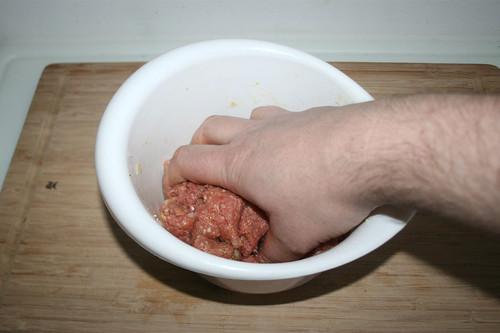 24 - Hackfleisch mit Hand durchkneten / Knead ground meat by hand