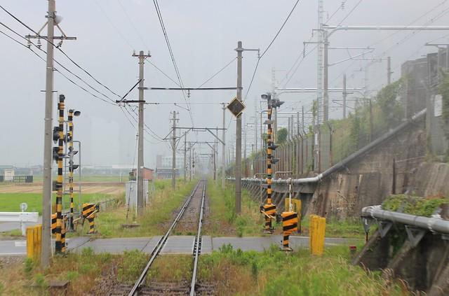 東海道新幹線と近江鉄道が近接して走っている様子