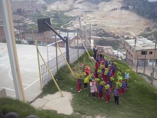 Niños del Jardín cogiendo lechugas