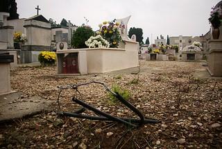 Noicattaro. Cavi pericolosi al cimitero front