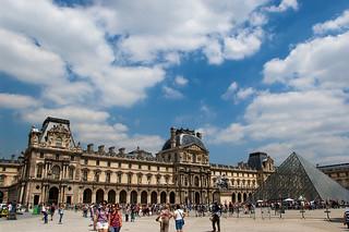 Musée et Pyramide du Louvre
