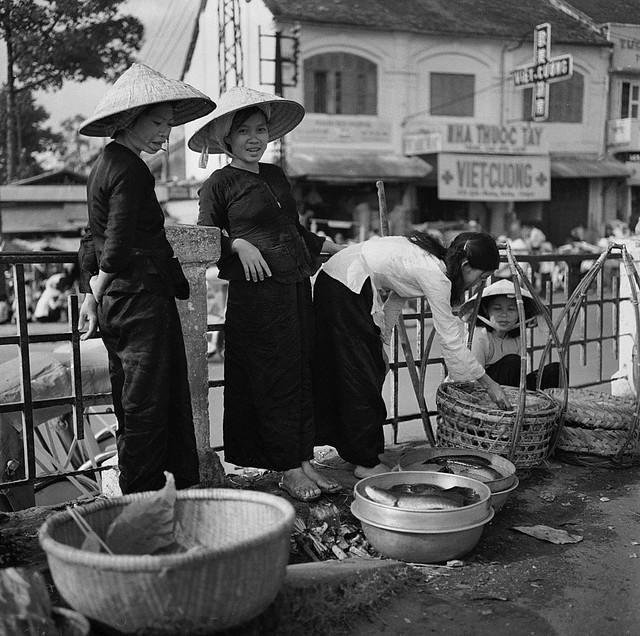 SAIGON 1962 - Những người bán cá trên dốc cầu Ông Lãnh