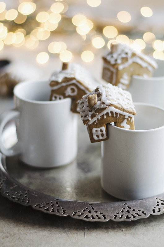 DIY Mini Gingerbread Houses for Mugs on juliettelaura.blogspot.com