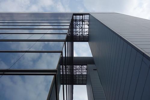 "Omiya_6 ""ORE大宮ビル"" の写真。 直下から見上げて撮影したもの。 ガラス張り。"