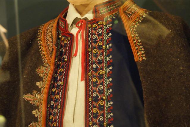 Costume pour homme avec des motifs floraux